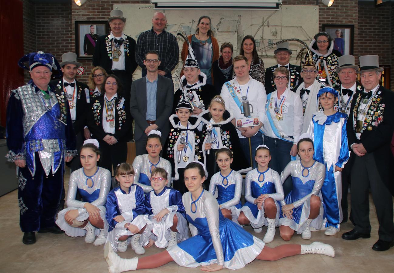 Carnavalsvereniging De Draa Oeëre was in groten getale aanwezig op het gemeentehuis.
