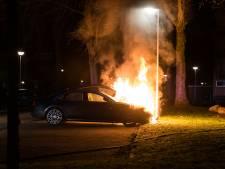 Opnieuw autobrand in Deventer: twee peperdure auto's in vlammen op