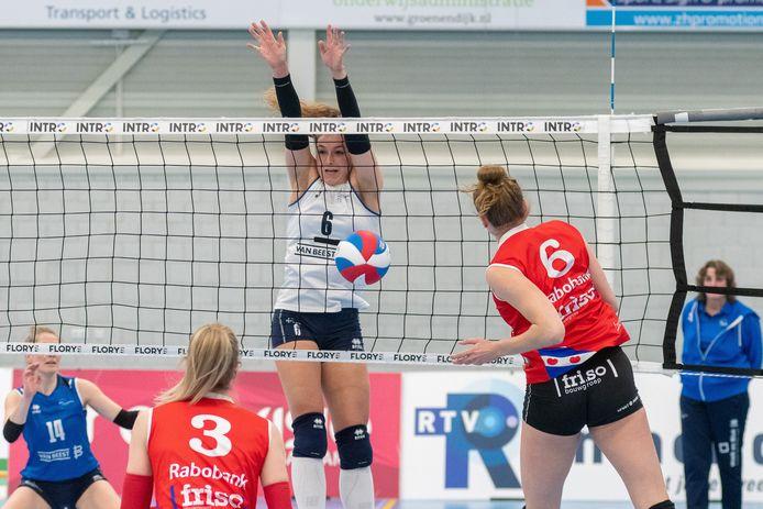Fleur Savelkoel (6), gelegenheidsaanvoerder bij Sliedrecht Sport, in een blokkerende rol tegen VCSneek. Rechts de na corona teruggekeerde coach Vera Koenen. FOTO HANSVANWIJNGAARDEN
