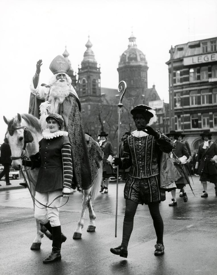 Intocht van Sinterklaas in 1963 in Amsterdam, met een zwarte en witte Piet. Beeld Spaarnestad