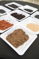 De verschillende soorten 'biochart' of bodemverbeteraars die uit verschillende organische afvalstoffen worden gemaakt.