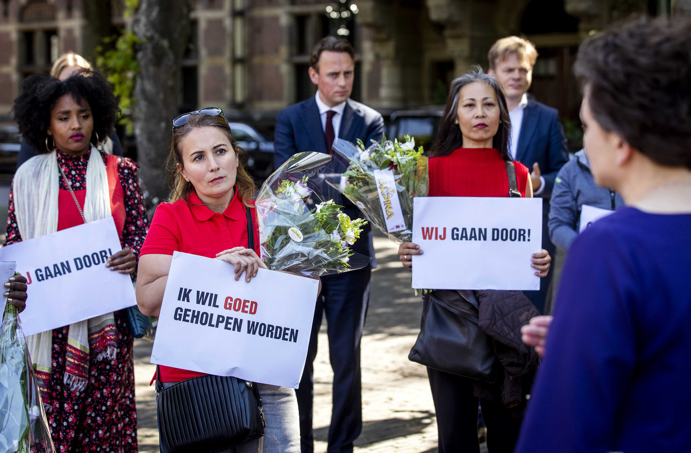 Staatssecretaris Alexandra van Huffelen van Financiën in gesprek met gedupeerde ouders van de toeslagenaffaire op het Plein in Den Haag, voorafgaand aan het debat over de zaak in de Tweede Kamer juni vorig jaar.