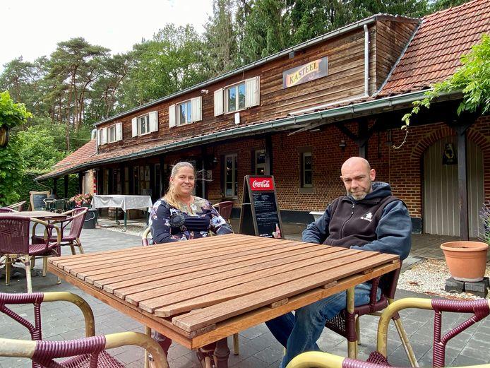 Stroopop-zaakvoerders Hans Van Den Eynden en Annick Anthonis zijn optimistisch over de heropening