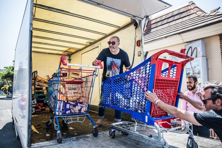 De voedselbank krijgt van boeren uit de omgeving fruit en groente, ook andere winkels doneren eten dat anders weggegooid zou worden. Beeld Aurélie Geurts