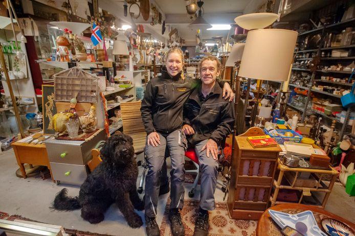 René Kolen en zijn dochter Lise Kolen in hun kringloopwinkel Allerhandel in Orthen.