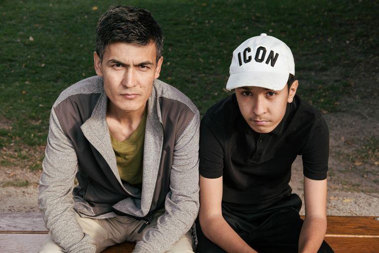 Aziz Heidari (37) en zijn 14-jarige zoon Ali.  Beeld Damon De Backer