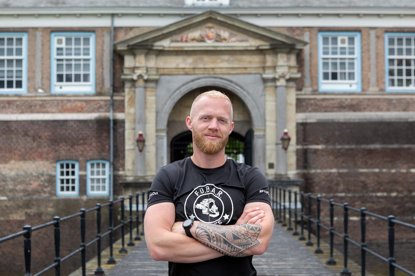 Marinier Robin Imthorn liep PTSS op tijdens zijn uitzending naar Uruzgan. Nu loopt hij 5 marathons in 5 dagen tijd om te laten zien dat hij er uiteindelijk alleen maar sterker uitgekomen is. Vandaag finishte hij op zijn vierde dag op het Kasteelplein in Breda, met achter hem het kasteel van Breda waar de KMA gevestigd is.