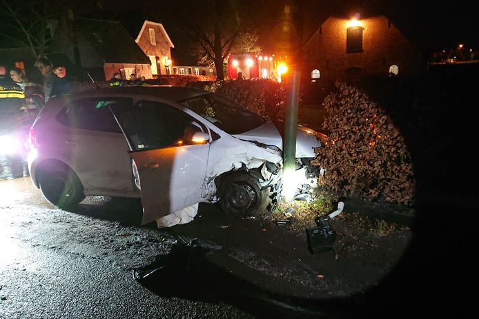 De auto die tegen een lantaarnpaal tot stilstand kwam op de Haarweg in Leersum.
