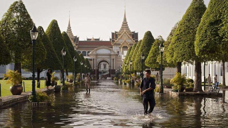 Boven en onder: delen van Bangkok die al zijn ondergelopen. Beeld afp