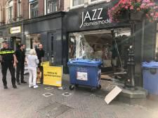 Automobilist rijdt per ongeluk in op Utrechtse modezaak