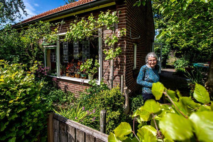 Liesbeth Peper woont in een montagewoning aan de Olsterkampweg en hoopt dat haar huisje blijft staan.