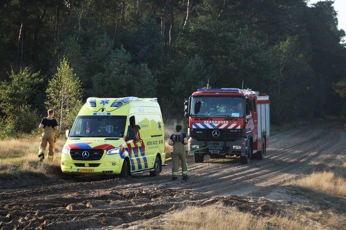 De brandweer heeft de gestrande ambulance uit het zand getrokken.