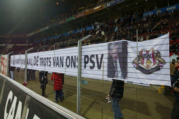 Spandoeken in het stadion als steun voor Harry van Raaij toen er in de top bij PSV meningsverschillen waren.