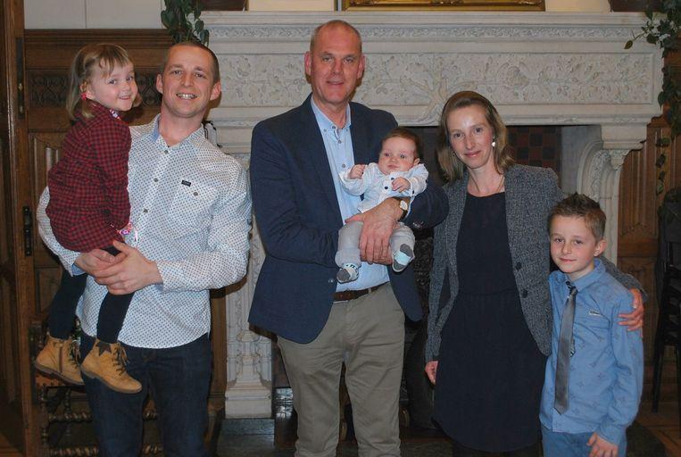 V.l.n.r.: Juline, papa Hans, burgemeester Guy Van Hirtum, Simon, mama Liesbeth en Mathijs.