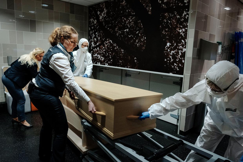 Dela-medewerkers in het uitvaartcentrum in Uden.