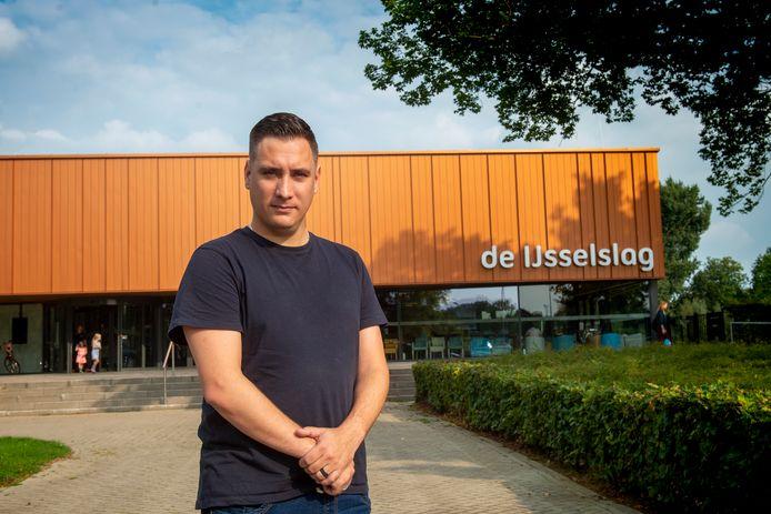 Voorzitter Dennis Out bij zwembad De IJsselslag: ,,We hebben een actieplan opgezet dat tot beterschap moet leiden''. Foto Kevin Hagens