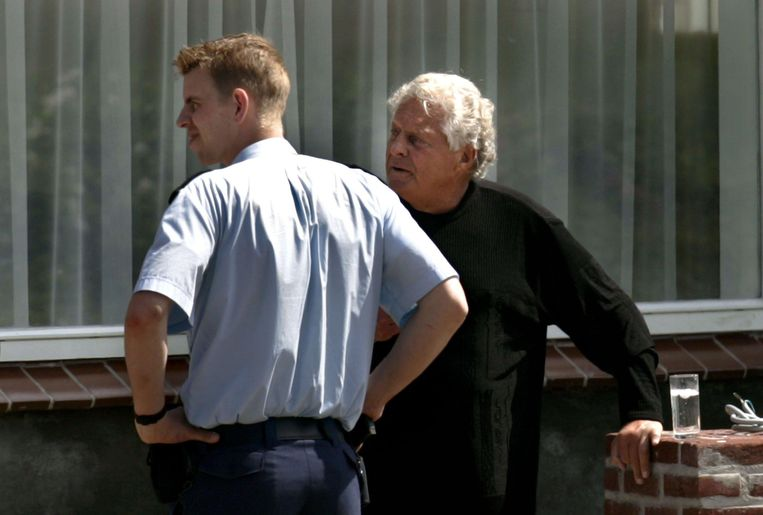 Gijs van Dam senior (rechts) kijkt met een agent hoe de politie onderzoek doet na de fatale aanslag op zijn zoon Gijs junior. Beeld Hollandse Hoogte /  ANP