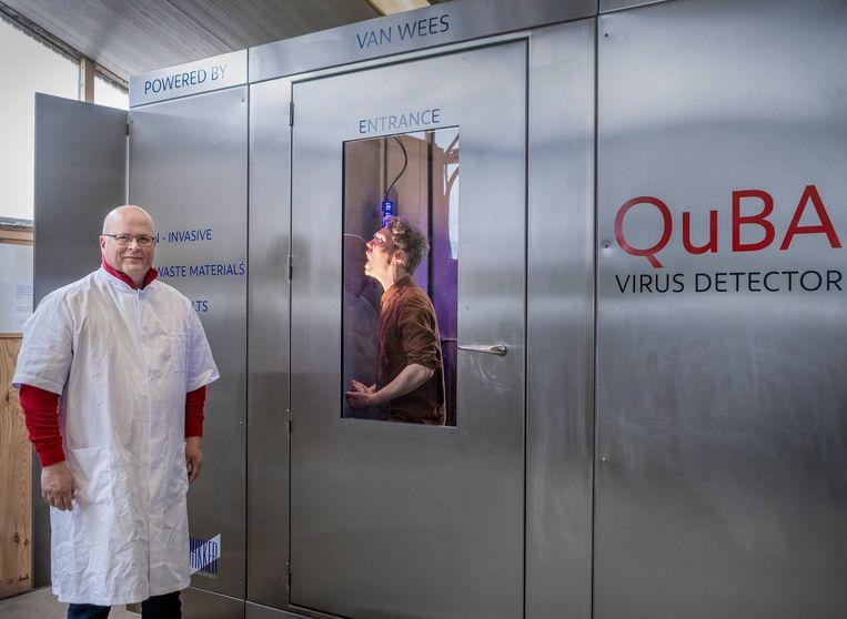 Uitvinder en ondernemer Peter van Wees bij zijn schreeuw-coronatest. Beeld Patrick Post