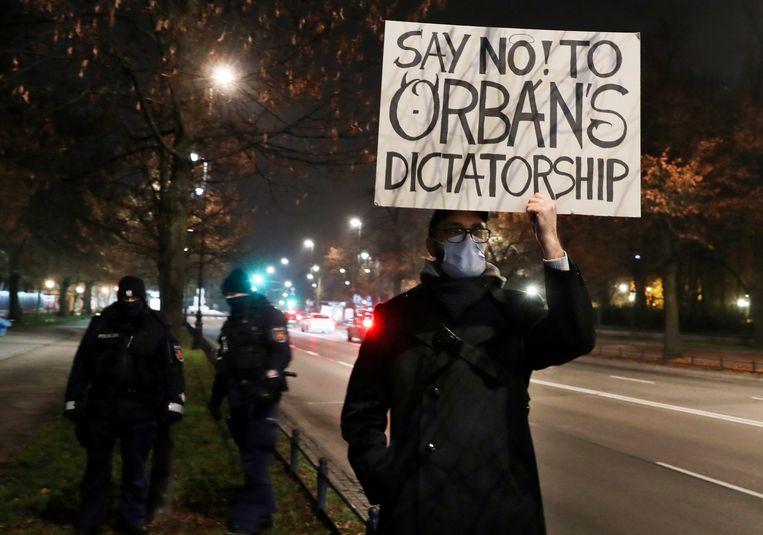 Protesten tegen Viktor Orbán tijdens het bezoek van de Hongaarse premier aan Polen, afgelopen november. Beeld AP