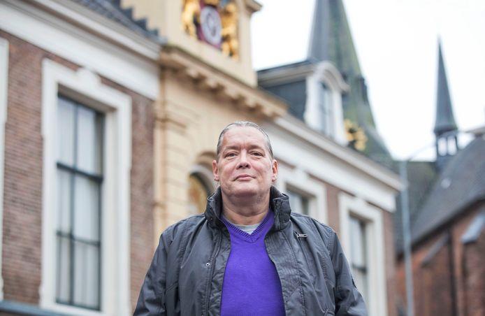 Harald van Roekel bij het stadhuis waar hij zich 16 jaar voor Wageningen en Wageningers heeft ingezet.