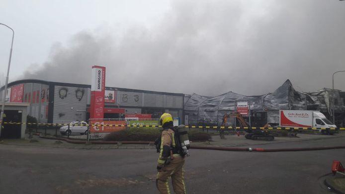 De brandweer is nog steeds bezig met het blussen aan de Industrieweg
