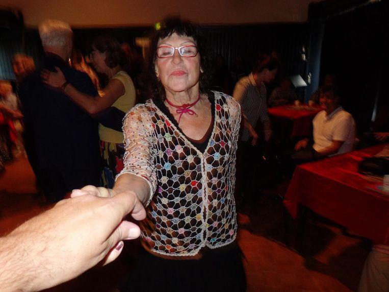 Margarita Turlings trekt de verslaggever de dansvloer op. 'Ze zouden het wat donkerder moeten maken. Een paar lampen uit, dat is gezelliger.' Beeld Schuim