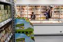 Schappen met Poolse producten die te koop zijn in een Poolse supermarkt (niet Roosendaal).