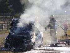 Bestuurder zet rokende auto net op tijd aan de kant bij A59 Rosmalen, auto brandt daarna volledig uit