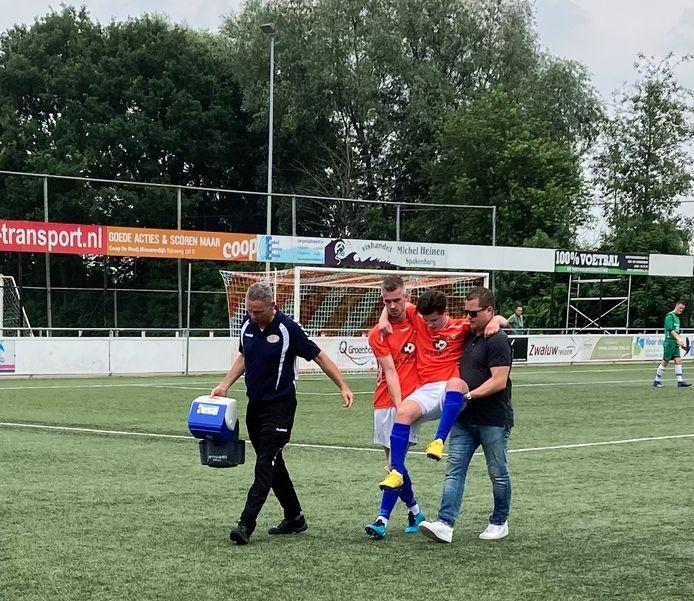 Jens Schouten (Altena) wordt in het duel met SVS'65 al snel weggedragen door ploeggenoot Johnny Schouten en leider Ronald Oskam.
