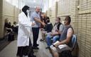 In de gang van de moskee, die is ingericht als wachtruimte, krijgen gevaccineerden een bekertje water aangeboden