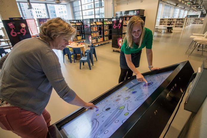 Anja Roijakkers (l) van kinderopvang Dikkie & Dik en Nicole Schilders, mediacoach van de bibliotheek.