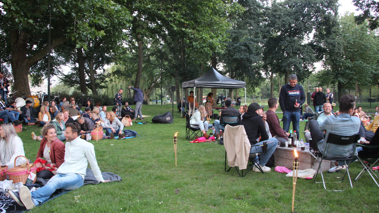 Picknick in het Julianapark in Veghel.
