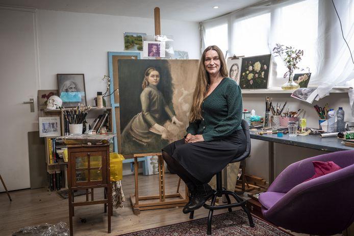 Renske Schilt bij een portret in de maak van haar overgrootmoeder.