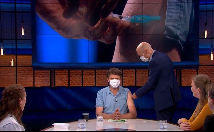 Beau van Erven Dorens krijgt in zijn talkshow het Janssen-vaccin.