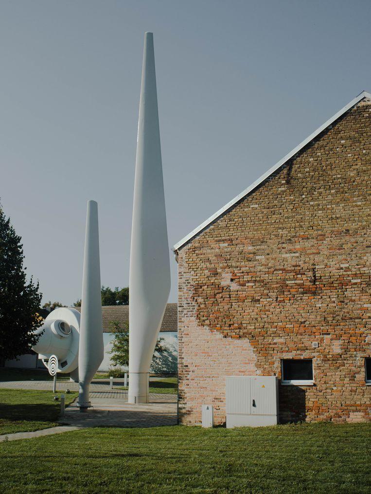 Windmolenonderdelen in ecodorp Feldheim. Beeld Marcus Reichmann