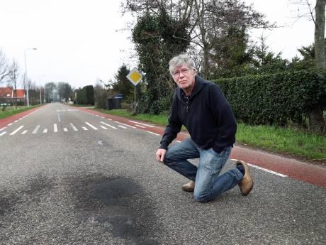 Bewoner asfalteert zelf gat in weg om ongelukken te voorkomen