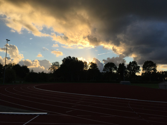 Mooi wolkendek maandagavond boven de atletiekbaan van AV'56 in Goes