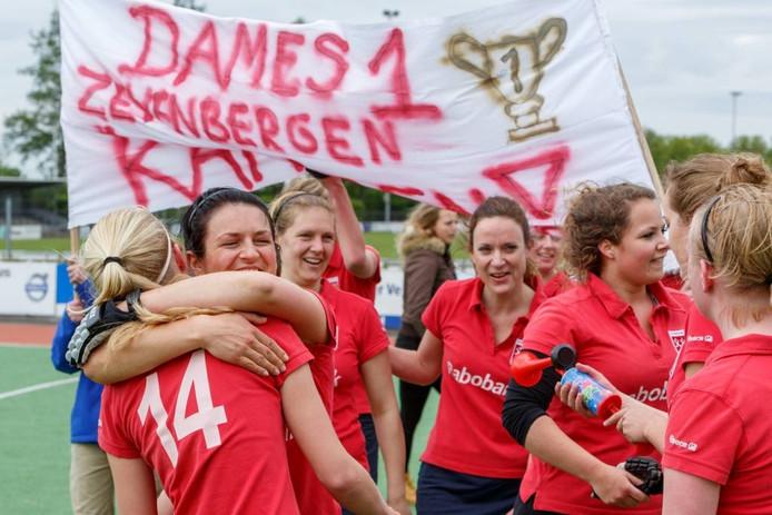 De buit is binnen voor de vrouwen van Zevenbergen. Een jaar na de ongelukkige degradatie promoveert de ploeg terug naar derde klasse. Gistermiddag werd met een 9-0-zege op Gilze-Rijen het kampioenschap veroverd én gevierd. foto Marcel Otterspeer/het fotoburo