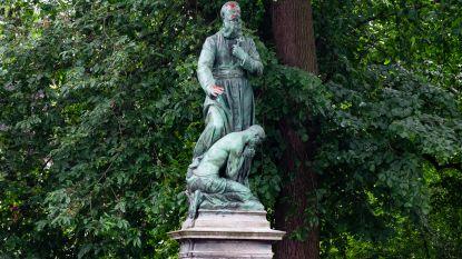 Standbeeld Pater De Deken besmeurd met rode verf
