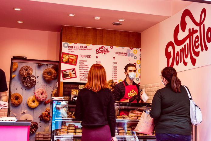 Uitbater Laurence Daems mocht al heel wat donuts op de eerste dag verkopen.