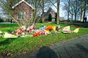 Bij begraafplaats Vredehof werden bloemen gelegd door complotdenkers. Eerst op de graven, toen dat niet meer mocht op een verzamelplek voor de begraafplaats.