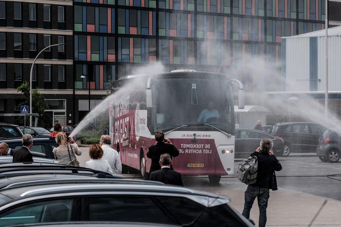 De Achterhoekse delegatie ging in een speciale SmartHub-bus naar Den Haag, die werd ingewijd door de brandweer.