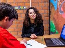 Nour is 17, komt uit Kanaleneiland en runt twee (!) huiswerkscholen: 'Hoe kan ik dan slim zijn?'