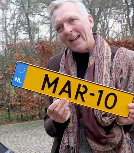 Martien Meiland ontdoet autoruit van ijs met kentekenplaat: 'Zo'n grote fout gemaakt'