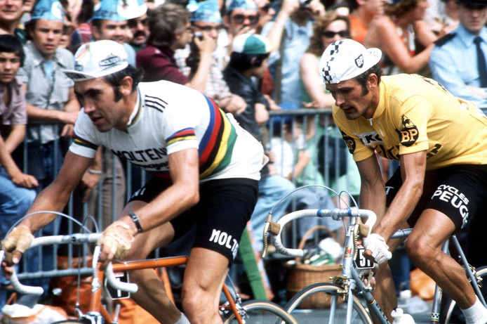 Eddy Merckx in zijn gele trui in het wiel van Bernard Thévenet.