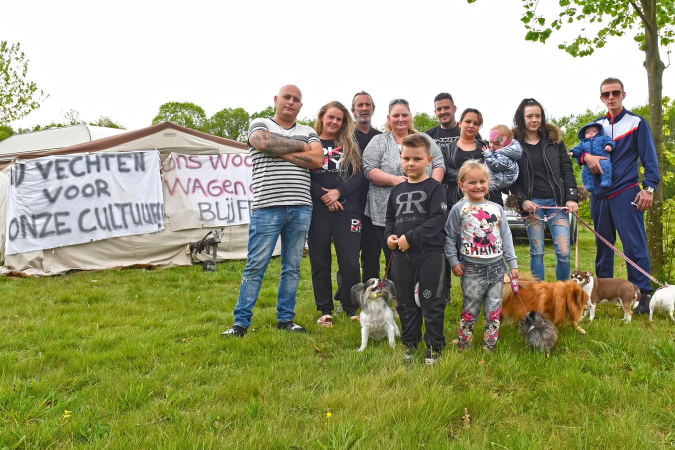OOSTERHOUT - Pix4Profs/Casper van Aggelen - Woonwagenbewoners zonder een vaste plek protesteren aan de Beneluxweg in Oosterhout. Links op de foto Hendrik Bohets.