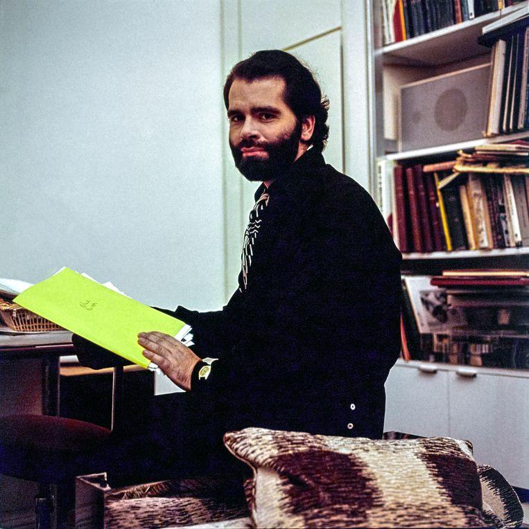 Lagerfeld zit op zijn bureau in zijn appartement in Parijs.  Beeld Conde Nast via Getty Images