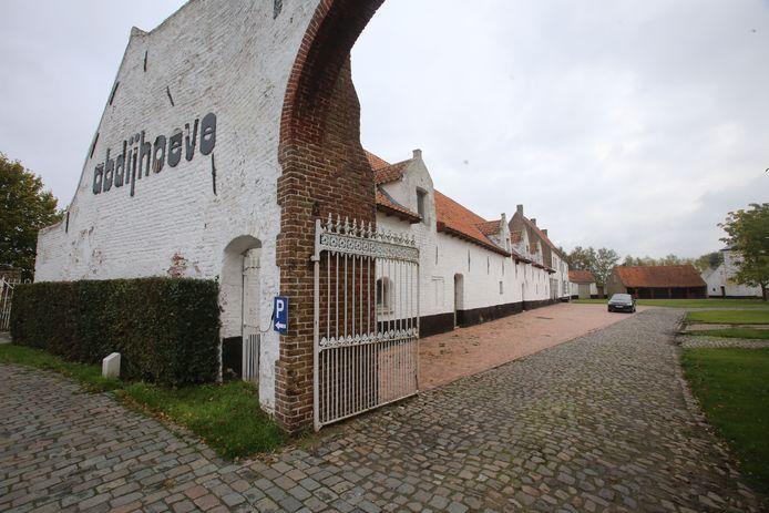 oudenburg abdijhoeve in verval aangekocht door de stad