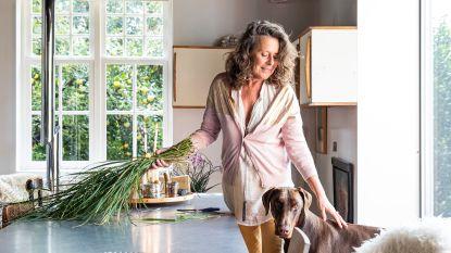 Neem een kijkje in het atelier en wondermooie woonhuis van Carine Boxy