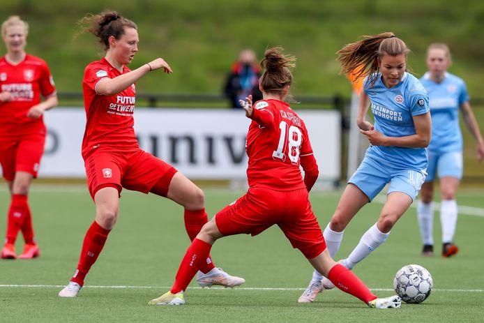 Foto uit het duel FC Twente Vrouwen-PSV, afgelopen mei: Kayleigh van Dooren (rechts) in actie tegen haar nieuwe club FC Twente Vrouwen.